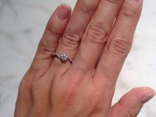 【AFFLUX(アフラックス)の口コミ】 一粒ダイヤの指輪がいいなぁと以前から思っていたので、ショーケースに並ん…