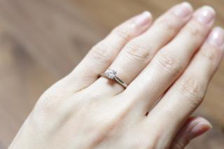 【カルティエ(Cartier)の口コミ】 婚約指輪は、シンプルな立て爪の形のものが良いと思っていました。カルテ…