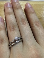 【雅-miyabi- の口コミ】 婚約指輪はリング部分がおしゃれに交差しており、あまりみないデザインだ…