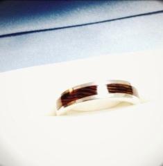 【GRAINの口コミ】 指輪を重ねると木目が合わさるように製作されているので、同じ物が2つとな…