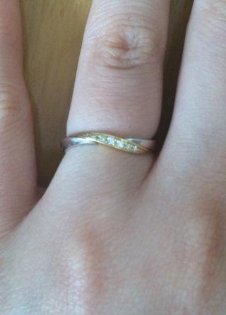 【LAPAGE(ラパージュ)の口コミ】 波のような形で、指が細く見えます。真ん中の部分はシルバー、イエローゴー…