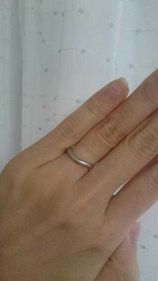 【ティファニー(Tiffany & Co.)の口コミ】 カーブがあることで指へのなじみがよく、着用時の違和感がだいぶ軽減されま…