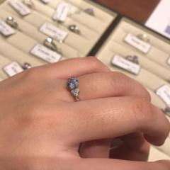 【ギンザタナカブライダル(GINZA TANAKA BRIDAL)の口コミ】 ラインがシンプルで質感も上品ですし中央のダイヤモンドがしっかりと目立…