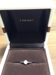 【アイプリモ(I-PRIMO)の口コミ】 横から見た時は枠で持ち上がっている様なデザインで、石が全部見えます。光…