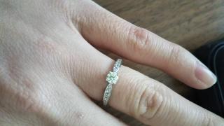 【Mr.MONDIAM & Ms.APHRODITE(ミスターモンディアムアンドミスアフロディーテ)の口コミ】 真ん中のダイヤと横のラインにもダイヤが入っていて、装着した時に綺麗に…