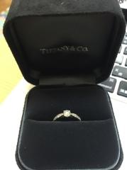 【ティファニー(Tiffany & Co.)の口コミ】 エンゲージリングのデザインは、真ん中に0.3ctくらいの1つ石がついて…