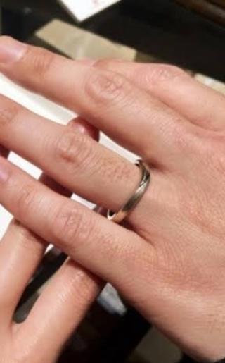 【杢目金屋(もくめがねや)の口コミ】 木目つむぎはV字で婚約指輪と重ね付けしたい女性にはおすすめです。今は…