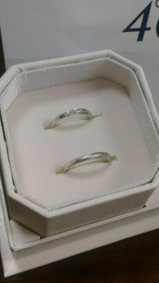 【4℃(ヨンドシー)の口コミ】 婚約指輪とセットで付けた時に違和感が無かったことと、少しアームがS字に…