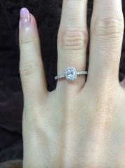 【ティファニー(Tiffany & Co.)の口コミ】 真ん中のダイヤの周りに小さいダイヤがちりばめられているので、とても華や…