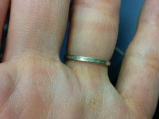 【AHKAH(アーカー)の口コミ】 決め手はデザインと価格です。夫婦ともに細めのリングを探していましたが…