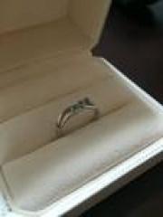 【4℃(ヨンドシー)の口コミ】 派手めなものよりシンプルで華奢なタイプの指輪が 好きですのでこのデザイ…