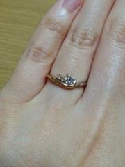 【アイプリモ(I-PRIMO)の口コミ】 ダイヤモンドの隣にピンクのメレダイヤが2粒配置されたアシンメトリーなデ…
