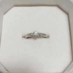 【4℃(ヨンドシー)の口コミ】 結婚指輪と重ね付けできるストレートデザインで、仕舞い込まずにちょっと…