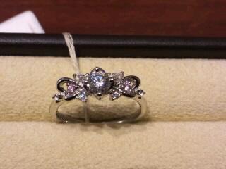 【Mariage(マリアージュ)の口コミ】 女性らしくかわいらしい指輪がほしいと思っていました。一色のみのダイヤで…