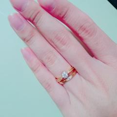 【ENUOVE(イノーヴェ)の口コミ】 婚約指輪は真ん中になるにつれて ななめにカットされてることで 指が細く…