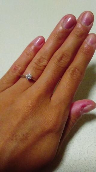 【アイプリモ(I-PRIMO)の口コミ】 指が細いので、婚約指輪も細めで指がきれいに見えるものを探していました。…