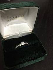 【バーニーズニューヨーク(BARNEYS NEW YORK)の口コミ】 婚約指輪を買いました。一粒ダイヤだと日常使いができないので、エタニティ…
