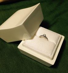 【LUCIE(ルシエ)の口コミ】 メインのダイヤの周りを、小さなダイヤが取り囲むように配置されており、縦…