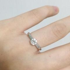 【ガラOKACHIMACHIの口コミ】 指輪は質と大きさを重視して決めました。 私は1度0.3カラットのカルテ…
