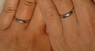 【BRIDGE(ブリッジ)の口コミ】 ギラギラと宝石が多いよりも、スッキリシンプルなデザインのリングを探し…