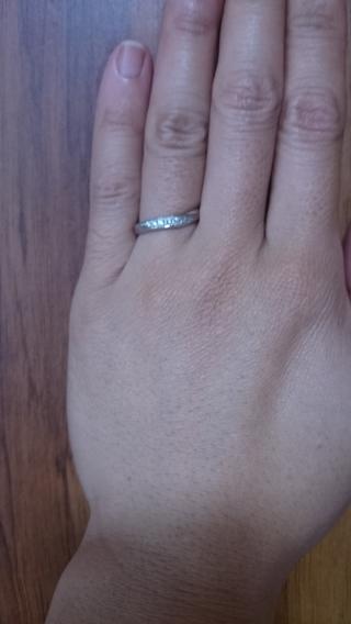 【Mr.MONDIAM & Ms.APHRODITE(ミスターモンディアムアンドミスアフロディーテ)の口コミ】 指が太くて長いので、細身の物は似合わず、正面からみたデザインが斜めにな…