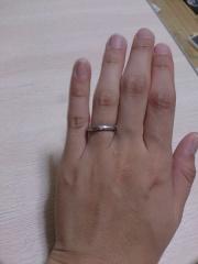 【4℃(ヨンドシー)の口コミ】 主人の指輪と太さが違うだけで同じデザインのものがあったのでそれが購入の…