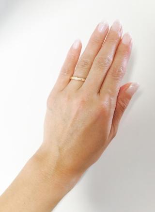 【ティファニー(Tiffany & Co.)の口コミ】 毎日つけるものなので、シンプルかつ他のリングの邪魔にならないもの、色…