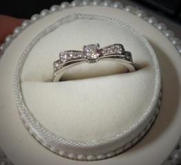【ヴァンドーム青山(Vendome Aoyama)の口コミ】 婚約指輪は、普段使いができて、尚且つデザインが可愛いものが欲しかったの…
