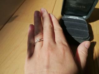 【ティファニー(Tiffany & Co.)の口コミ】 小さめのダイヤモンドでも存在感があるところが決め手になりました。ラウン…