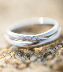 【I's stone(アイズストーン)の口コミ】 結婚指輪はずっと身につけるものなので、石が少し入っていてシンプルなデ…