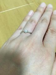 【ラザール ダイヤモンド(LAZARE DIAMOND)の口コミ】 ストレートラインのダイヤが1石というのは、旦那さんと私の希望でした。な…