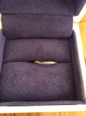 【SONARE(ソナーレ)の口コミ】 結婚指輪には小さなダイヤが付いており、波打ったデザインで可愛かった。 …