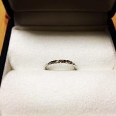 【Galopine & Galopin(ガロピーネガロパン)の口コミ】 婚約指輪と重ね付けをしても綺麗に見える指輪が良いと思い、同じ名前のこち…