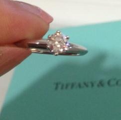 【ティファニー(Tiffany & Co.)の口コミ】 ダイヤがとても大きくてすごくきれいです。 周りもきれいにできているので…