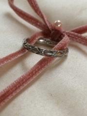 【シャネル(CHANEL)の口コミ】 婚約指輪を後から購入する予定になっていたため、マリッジリングにもダイヤ…