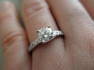 【ティファニー(Tiffany & Co.)の口コミ】 ダイヤが四角なのがとても特徴的で周りにパヴェダイヤなども入っております…