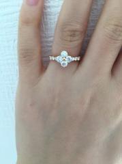 【QUEEN(クイーン)の口コミ】 ダイヤがとにかく綺麗でデザインが他にはなくとても気に入りました。中心…