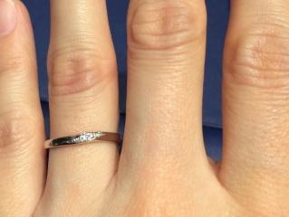 【銀座ダイヤモンドシライシの口コミ】 デザインがとても上品なところと、指がとてもすらりと見えるところがとて…