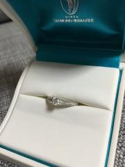 【銀座ダイヤモンドシライシの口コミ】 メレダイヤが入っているタイプで探していました。 メインの真ん中のダイヤ…