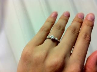 【ギンザタナカブライダル(GINZA TANAKA BRIDAL)の口コミ】 センターのダイヤが引き立つ、サイドにマーキースカットダイヤがあしらわれ…