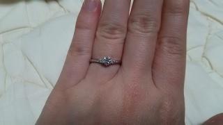 【銀座ダイヤモンドシライシの口コミ】 指が短い私にとって今まで指輪はウェーブのものばかり選んでいましたが実際…
