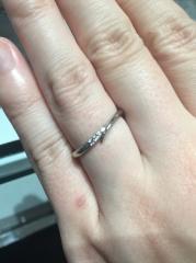 【アイプリモ(I-PRIMO)の口コミ】 細身のデザインなので指を華奢に見せてくれるだけでなく、キラッと輝くメレ…