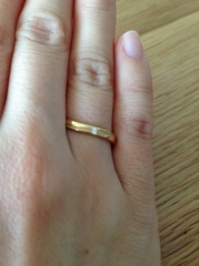 【アイプリモ(I-PRIMO)の口コミ】 結婚情報誌の指輪の記事を見て、ゴールドで、ダイヤも控えめについたデザ…