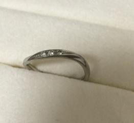 【アンジェリックフォセッテ(Angelique Fossette)の口コミ】 ダイヤ入りで、緩やかなウェーブを描く流線型のデザインの結婚指輪を探して…