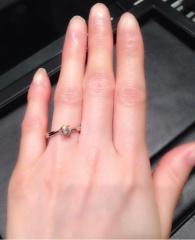 【ラザール ダイヤモンド【取扱店販売】の口コミ】 シンプルで曲線のあるデザインが気に入ったのでこちらにしました。 曲線タ…