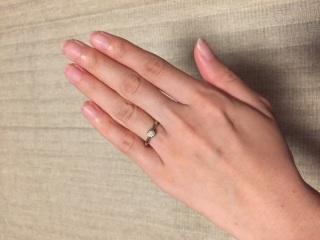 【ケイウノ ブライダル(K.UNO BRIDAL)の口コミ】 シンプルなので服装を選ばずつけられ、結婚指輪と重ね付けもできる点。 ま…