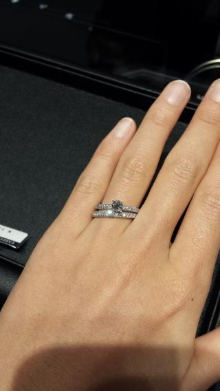 【エクセルコダイヤモンド(EXELCO DIAMOND)の口コミ】 リングに全体的にダイヤがあってキラキラしているのがよかった。 横から見…