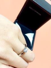 【エクセルコダイヤモンド(EXELCO DIAMOND)の口コミ】 エクセルアを購入しました。 石座の下にメレダイヤがセットされていて、ダ…