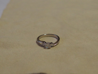 【ROYAL ASSCHER(ロイヤル・アッシャー)の口コミ】 ダイヤモンドが3個ついていて、遠くから見るとより大きく見えた。また、結…