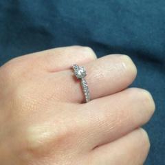 【ティファニー(Tiffany & Co.)の口コミ】 高すぎない金額で、一粒だけではなく周囲もぐるっとダイヤが囲んでいるエン…